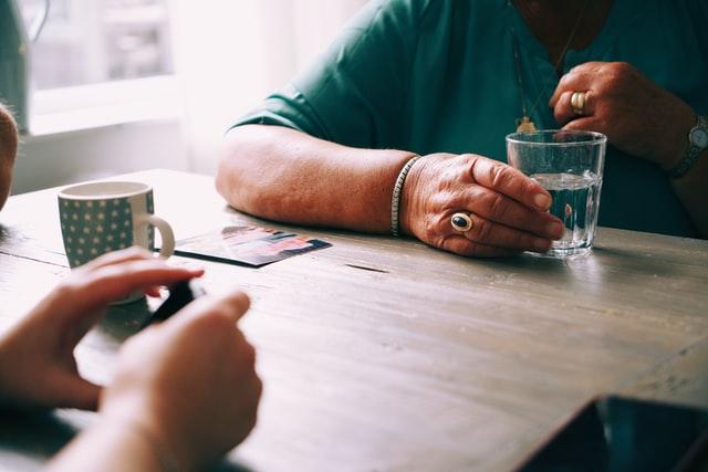 Оказание консультационной поддержки одиноким пожилым людям